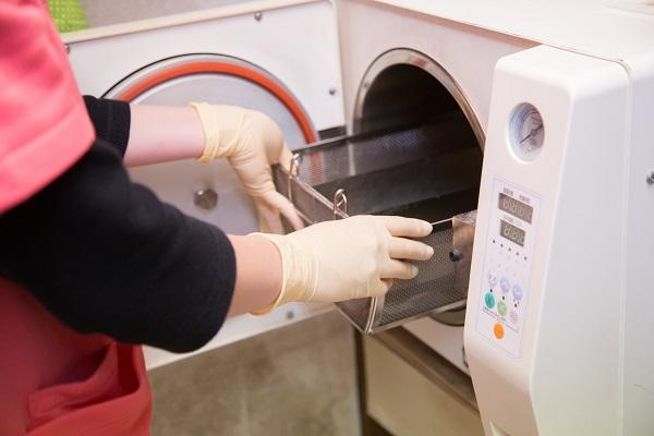 天野歯科医院では院内感染を防ぐため、徹底した滅菌・消毒を行っています