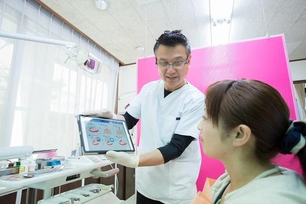 天野歯科医院ではiPadや資料を用いて患者さんへの情報提供を積極的に行っています