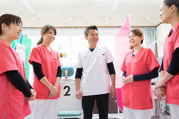天野歯科医院のコミュニケーションへの取り組み。スタッフ一同、明るく笑顔で患者さんに接します。
