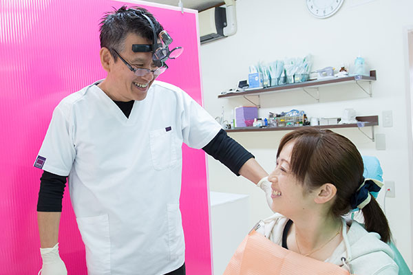 天野歯科医院の院長、天野高宏。治療についての疑問や不安など、お気軽にご相談ください。